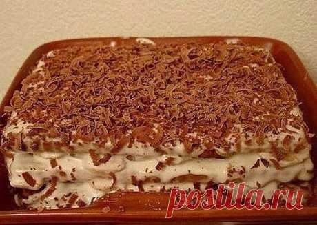 """Торт из печенья с бананом на скорую руку  Ингредиенты:  2 пачки сахарного печенья (в России это скорее всего """"Юбилейное"""", в Украине - желательно """"Моя люба"""") 5-6 бананов пол-литра сметаны 1 стакан сахара 300 мл молока киви, клубника, апельсин - количество по желанию (для того, чтобы украсить тортик) шоколадка  Приготовление:  1. Сметану взбиваем с сахаром, добавляем порезанные кружками бананы.  2. Печенье вымачиваем предварительно в молоке (всего пару секунд), после чего на..."""