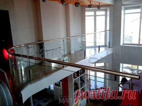 Изготовление лестниц, ограждений, перил Маршаг – Стеклянные перила второго света на стойках