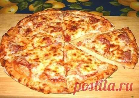 Очень быстрая пицца.  Иногда нет времени на дрожжевое тесто, а пиццы хочется прямо срочно! :)  Вам потребуется:  0,5 л. кефира, 2 яйца, 2 столовые ложки растительного масла, 0,5 чайной ложки соды, 0, 5 чайной ложки соли  Начинка: что найдется в холодильнике  Как готовить:  1. И муки сколько возьмет тесто (чтобы не липло к рукам).  2. Раскатываем сверху начинку (что есть в холодильнике) и в духовку.  Попробуйте получается даже лучше чем с дрожжевым!  Приятного аппетита!