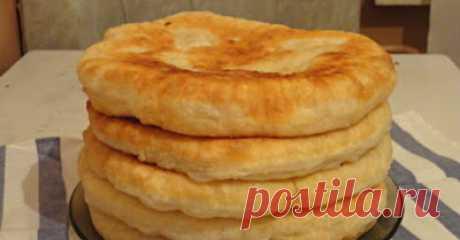 С этим рецептом забудешь, что такое хлеб! Пушистые лепешки на кефире: вкусно и быстро =ИНГРЕДИЕНТЫ ДЛЯ ТЕСТА:      500 мл кефира любой жирности     1 ч. л. соды     1 яйцо     2 ст. л. растительного масла     500–550 г муки     50 г сливочного масла     соль по вкусу     ИНГРЕДИЕНТЫ ДЛЯ НАЧИНКИ (НА ВЫБОР):сосиски или ветчина с сыром     тушеные грибы     тушеная капуста     картофельное пюре     творог с зеленью