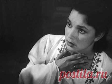 Последний дубль: 3 советских актера, которые погибли во время исполнения трюков    Инна Бурдученко в фильме *Иванна*, 1959 Кинокарьера Инны Бурдученко оборвалась, едва начавшись. Первая же роль в фильме «Иванна» (1959) принесла ей успех, и зрители стали называть актрису Ивушкой п…