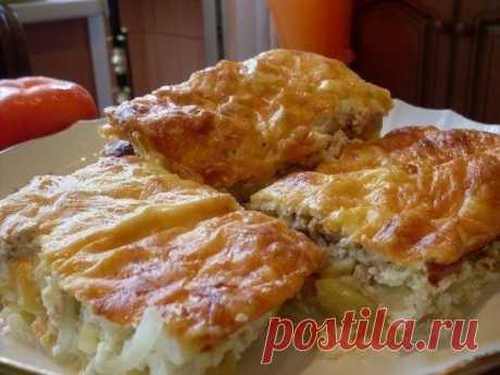 Рыбная запеканка  Ингредиенты: Яйца – 3 Сайра или горбуша – 1 банка Картофель – 3-4 шт. Лук – 1 Сметана – 250мл Майонез – 250мл  Приготовление: 1.Смешайте яйца, сметану и майонез. 2.Остальные компоненты выложите слоями в форму для запекания: 1 слой – картофель, нарезанный кружочками; 2 слой – лук, нарезанный полукольцами; 3 слой – размельченная рыбная консерва. Залейте все слои смесью майонеза, яиц и сметаны. По желанию можно посыпать сверху тертым сыром. Запекайте в духов...