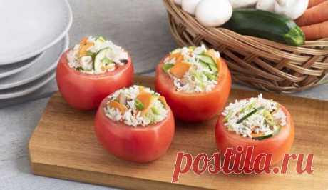 Чем нафаршировать помидоры: 5 аппетитных начинок - БУДЕТ ВКУСНО! - медиаплатформа МирТесен Помидоры – это не только салаты, томатный сок и холодные супы, а и множество аппетитных закусок. Тем более, когда речь идёт о фаршированных томатах, нисколько не уступающих перцу и другим овощам с сочной и ароматной начинкой на любой вкус. 1. С кукурузой и копчёным куриным филе Помидоры,