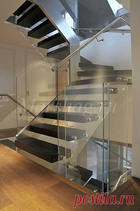 Оригинальная косольная лестница из стекла