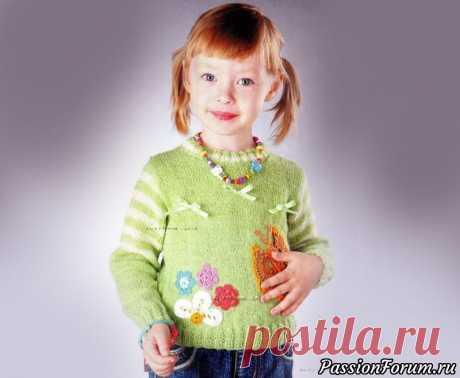 Пуловер с аппликацией. Описание | Вязание спицами для детей На 2,5-3 годаВам потребуется: пряжа «Лада» (15% шерсть, 35%  альпака, 50% акрил, 100 г/380 м) - 100 г зеленого цвета, 30 г белого  цвета, пряжа (100% хлопок) - остатки различных цветов для аппликации,  атласная лента для бантиков, спицы №2,5, №3, крючок №1,3. Лицевая гладь: лиц. ряды -...