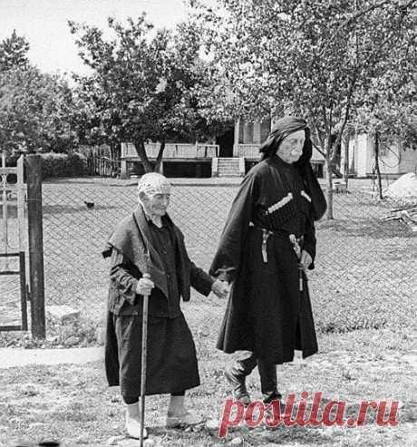 Мать и сын: 137 летняя Хпап Лазурия и её сын 95 летний Дзукури Лазурия. Грузия, 1976 год.