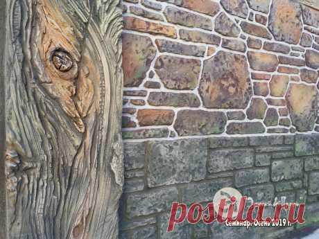 Фото с нашего семинара по отделке стен и полов из декоративного бетона ШФС. Образец отделки стен забора под камень и дерево.