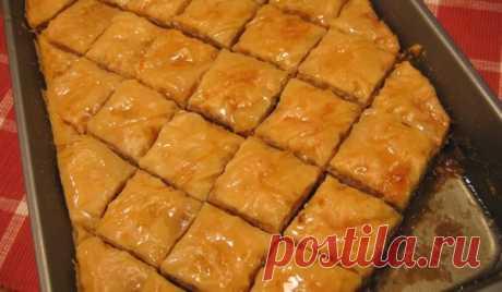 Домашняя медовая пахлава — настоящее ореховое наслаждение.    Очень вкусная, медовая пахлава из слоеного теста с пряным ароматом никого не оставит равнодушным. Ваши родные будут в полном восторге, когда попробуют хотя бы кусочек.  Ингредиенты:  500 г слоеного…
