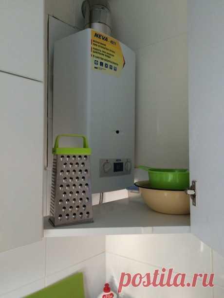 На все времена! Кухня 5,8 кв.м. с фасадами из пластика, газовой колонкой и вытяжкой. Холодильник на кухне   Какую кухню купить?   Яндекс Дзен