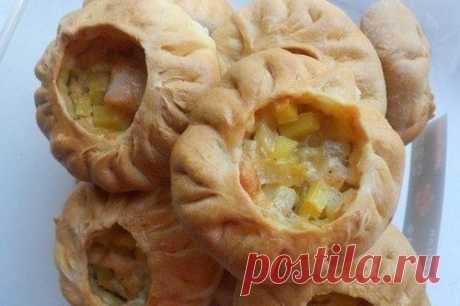 Los pastelillos tártaros con las patatas, la carne y la cebolla