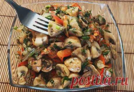 Рецепт изумительно вкусного салата из шампиньонов по-корейски Необычный, вкусный и пикантный салат станет изюминкой любого праздничного застолья, а также обычного ужина в кругу семьи. Если вы хотите чего-то новенького, свежего и оригинального, то данный рецепт для вас. Тем более, что салат готовится очень быстро и просто. Зато результат великолепен!