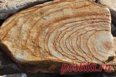 Песчаник в облицовке, архитектуре и ландшафте: виды и свойства - Грабельки Песчаник – осадочная порода, получившая широкое распространение в отделочных работах.