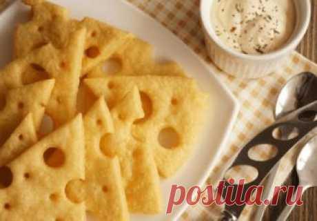 Невесомая закуска с ярко выраженным сырным вкусом. От таких крекеров не оторваться!   Эта воздушная закуска идеальна: подходит и к кофе, и к чаю, и к пиву! Яркий сырный вкус, хрустящая основа, аппетитный вид — всё это гарантирует успех простого блюда. Для любителей изюминки в рецепте…