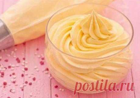 ТОП-5 простых кремов для десертов   Сохрани, чтобы не потерять!   1. Классический заварной крем   Ингредиенты:   Молоко — 500 мл  Сахар — 200 г  Ванилин — 1 ч. л.  Мука — 50 г  Яичные желтки — 4 шт.   Приготовление:   1. Яичные желтки растираем с сахаром, ванилином и мукой до однородной массы.  2. Доводим молоко до кипения. Вливаем горячее молоко в яичную массу, перемешиваем.  3. Полученную массу ставим на огонь и варим до загустения. Готово!   2. Крем масляный универсальн...