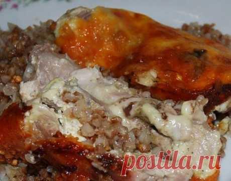 Запись на стене Курица, запеченная с гречкойКрупа пропитывается соками мяса, получается гречневая каша божественного вкуса, особенно в сочетании с хмели-сунели, а сырная корочка, как фольга, сохраняет все полезные и питательные вещества внутри продукта.Ингредиенты:- курица средних размеро..