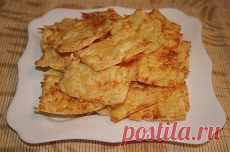 Чипсы из лаваша  Ингредиенты - 2 шт. лаваш (тонкий) - 200 г сметана - 300 г сыр (твердый) - 1 шт. яйца куриные - по вкусу перец черный - 3 зубчика чеснок  Приготовление: Сыр натереть на мелкой терке, чеснок пропустить через пресс. Сметану взбить с яйцом, поперчить, добавить чеснок и 2/3 тертого сыра, перемешать. Листы лаваша смазать сырной массой, сверху посыпать оставшимся тертым сыром. Лаваш нарезать небольшими кусочками и выложить на сухой противень, запекать в ...