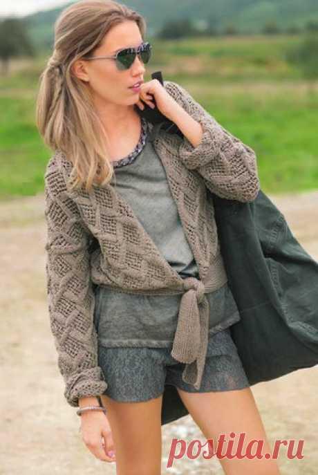Ажурный жакет на завязке для женщин, вязаный спицами.  Размеры: 38/40 (44/46)  Вам потребуется для жакета: 550 (600) г серой пряжи Cool Wool 2000 (100 % овечьей шерсти, 160 м/50 г); спицы №3,5; крючок №3. Показать полностью…