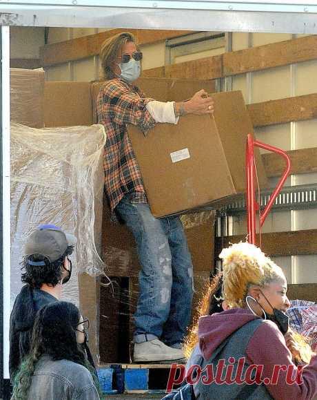 Брэд Питт в течение нескольких часов разгружал ящики с едой нуждающимся и пострадавшим от ковида. Люди даже не знали, кто приехал к ним на грузовике, пока Питт не снял маску, чтобы покурить.