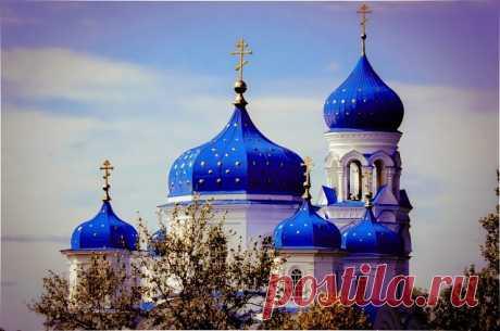 Люблю смотреть на церкви купола, Когда они окутаны туманом.... И забываю, нежности полна, О грусти, о тревогах и обманах....