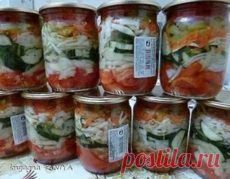 Que cruje salatik. Es bueno en cualquier momento el año.\u000d\u000aConserva a él a la pared para no perder \u000d\u000aPara la ensalada nos serán necesarias la cebolla, los pepinos, los tomates, la zanahoria, el pimiento, la col, y el paquete del perejil seco.\u000d\u000a\u000d\u000aLos pepinos cortamos por los semicírculos. Cortamos los tomates a los anillos por el espesor hasta el medio centímetro, y cada anillo a 4 partes.\u000d\u000aPicamos la cebolla a los anillos, y cada anillo a 2-4 partes. Frotamos la zanahoria. Cortamos el pimiento. Y último - cortamos la col.\u000d\u000a\u000d\u000aComenzamos a echar con el tomate. La capa siguiente la cebolla.\u000d\u000a...