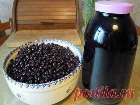 Ликер из черной смородины   Можно приготовить ликер не только из красной, но и из черной смородины.   Ингредиенты:  - 1 кг черной смородины  - 1 л спирта или водки  - 500 гр сахара  - 250 мл воды  - листья смородины   Смородину перебираем, промываем и разминаем в глубокой эмалированной посуде в пюре. Добавляем к ягодам листья, заливаем спиртом и настаиваем в течение недели.   Через неделю процеживаем настойку. Из воды и сахара варим сахарный сироп и смешиваем его с процеже...