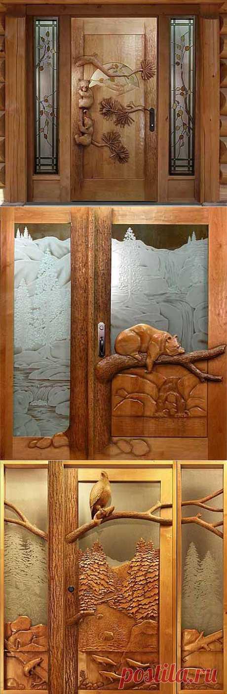 Las puertas hermosas en la casa de madera