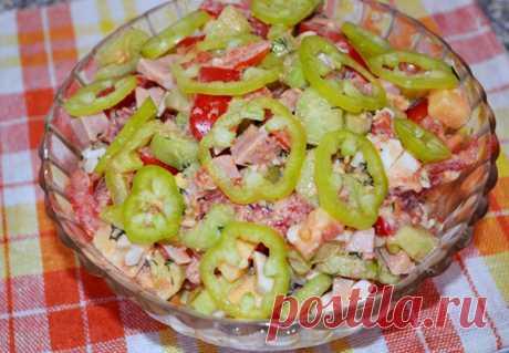 Салат «Мария»(помидоры,огурцы,перец,ветчина куриная,яйца,сыр)