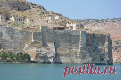ՀՌՈՄ-ՔԱՐ, ԿԼԱՅՆ ՀՌՈՄԷԱԿԱՆ Հռոմկլայի հիմնադրման մասին տեղեկություններ չեն պահպանվել։ Բյուզանդական տիրապետության ժամանակ եղել է կարևոր գետանց և սահմանապահ բերդ (այստեղից էլ նրա Հռոմկլա՝ հոռոմների կամ հույների բերդ անունը)։ 1203-1293թթ-ին Հռոմկլայում է եղել Հայոց կաթողիկոսական աթոռը։ Կաթողիկոս Ներսես Շնորհալու օրոք (1166-1173) Հռոմկլան դարձել է համահայկական մշակութային կենտրոն։ Այնտեղ հավաքվել, բազմացվել և պատկերազարդվել են բազմաթիվ հին ձեռագրեր, ստեղծվել նորերը։
