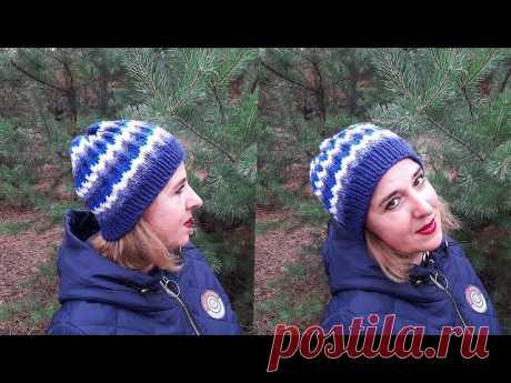 Женская шапка узором «Ленивый жаккард» | Вязание для женщин спицами. Схемы вязания спицами Если у вас собрались остатки пряжи, предлагаю связать женскую шапку спицами узором «Ленивый жаккард».  Шапка вяжется легко, быстро и просто, без швов, получается теплой и удобной.Для вязания нам понадобятся:— остатки ниток 4 разных цветов (желательно одинаковых по толщине, у остатки...