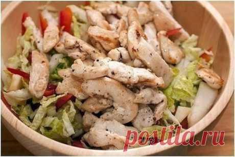 Салат с пекинской капустой и курицей Ингредиенты:  Отварное куриное филе – 300г  Отварное филе кальмаров – 3 шт.  Болгарский перец – 1 шт.  Пекинская капуста – 300г  Помидоры – 2 шт.  1 среднее яблоко (кисло-сладкое, типа семеренко)  Соль, сметана(или натуральный йогурт), сок лимона  Приготовление:  1. Куриное филе нарезать кубиками, филе кальмаров – полосками или соломкой.  2. Помидоры и яблоко вымыть, обсушить, разрезать пополам, вырезать середину с семенами, нарезать кубиками (куби