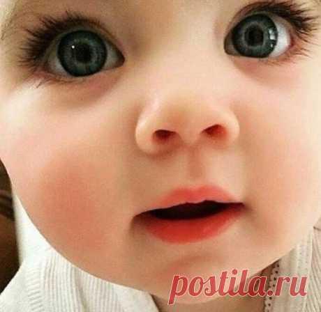 Храни, Господь, пречистые глазёнки, Что удивленно смотрят в небеса! Пошли, о Боженька, чтоб горькие слезинки Не посещали эти милые глаза! Храни, Спаситель, от тревог и страха! Помилуй-же, Владыка, от житейских бед! Ведь нет на свете слаще чуда, Чем детских глаз благоговенный свет!