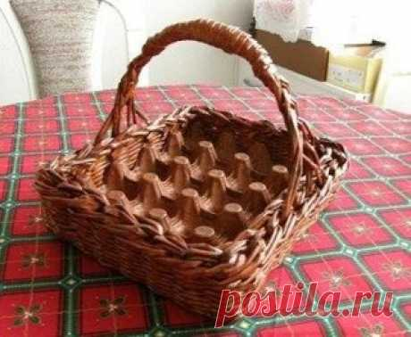Basket tray for Easter eggs from newspaper tubules. Master class