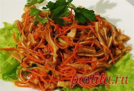 Корейская кухня.  Свиные ушки по-корейски от этнического носителя. Хочу выложить рецепт салата из свиных ушей, как его делают корейцы. И никакого соевого соуса. Корейцы хоть и любят его, но здесь он лишний. По этому рецепту можно заправить любой салат по-корейски.  Субпродукты (-чищеные,отвареные -650гр.) — 4 шт Морковь (Чищеная,нашинкованная-350гр. Вообще моркови так много не нужно,но муж попросил, он очень любит салат из моркови. ) — 1 шт Масло подсолнечное — 100 мл Масл...
