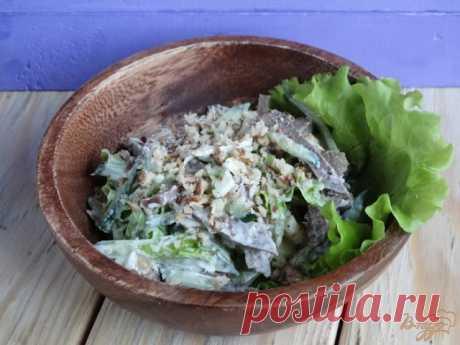Салат с говяжьим языком   Простой рецепт салата с минимальным набором ингредиентов.Хотя в салате мало ингредиентов, вкусполучается насыщенным, а само блюдо — очень сытным и вкусным. Хрустящие орешки, пикантный чеснок, освеж…