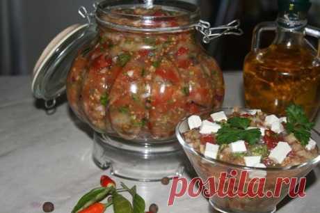 """Мелидзано  Ингредиенты: баклажаны — 5 штук ( у меня сорт """" гелиос"""") помидоры — 6 штук (средних) чеснок дольки — 5 штук лук репчатый красный — 2 штуки лимон — половинка оливковое масло — 100 мл. оливки — 5 штук петрушка свежая — 1 пучок специи по вкусу   Приготовление:  Разрезаем баклажаны вдоль и делаем сеточку в мякоти. В разрезы вставляем дольки чеснока (порезать очень тонко), посолить и полить слегка оливковым маслом. Помидоры помыть, выложить в миску и тщательно переме..."""