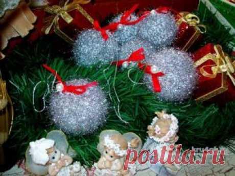 Новогодний шарик крючком Предновогодние хлопоты — лучшее время в году. Ожидание волшебной сказки, блеск мишуры, радостное настроение. Воздух наполнен волшебством, огоньки игриво