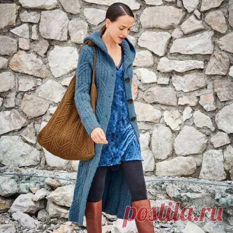 Пальто с капюшоном и рельефными узорами Длинное узкое пальто впечатляет не только эффектными «косами», но и большим капюшоном, связанным отдельно, и крупными пуговицами цвета латуни.