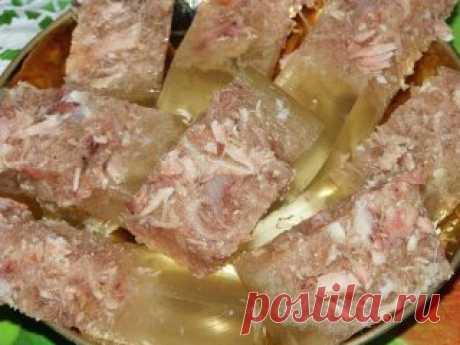 Основные правила приготовления хорошего холодца Для того чтобы приготовить прозрачный холодец, необходимо помнить  несколько простых правил, придерживаясь которых можно будет без труда  сотворить этот кулинарный шедевр. Правило 1. Выбор основного ингредиента – мяса. Готовить холодец можно из любого мяса (из курицы, из свинины, из  говядины, из свиных ножек и т.д.), самое главное, правильно выбрать  основной продукт. Покупать такой важный в холодце компонент, как мясо, лучше всего на  рынке,
