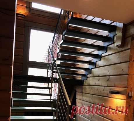 Больцевая лестница на пристенной тетиве