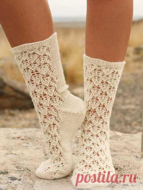 Ажурные носки от Drops Design вязаные спицами