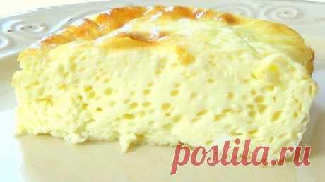 ПРОДОЛЖЕНИЕ4 яйца  150 мл молока  20 г сливочного масла  1 ч. л. растительного масла  0,5 ч. л. соли   Казалось бы, обычные ингредиенты. Это так, но секрет кроется совсем в другом: не взбивайте яйца, а просто размешайте их. Потом добавьте молоко и соль, еще раз просто перемешайте. Возьмите форму для запекания, смажьте ее растительным маслом, вылейте размешанную массу и отправьте в духовку на 20 минут выпекаться при температуре 250 °С. Заметите румяную корочку — смело выним...