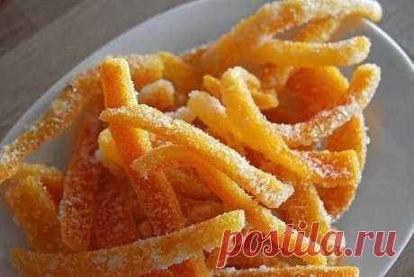Апельсиновые цукаты.  Мы обычно выбрасываем апельсиновые корки, но из них можно приготовить великолепный десерт – цукаты. Понадобится только сахар и немного свободного времени. Апельсиновые цукаты – вкусное дополнение к чаю и яркое украшение тортов, пирожных и утренней овсянки. Обладателю банки цукатов можно не беспокоиться об угощении внезапно нагрянувших гостей. Засахаренные апельсиновые корки вместо сахара можно обмакнуть в растопленный шоколад – получатся апельсиновые ...
