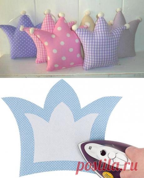 Las almohadas-coronas para el cuarto para niños