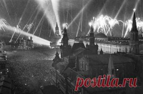 8 мая 1945 года в предместье Берлина Карлсхорсте в 22 часа 43 минуты по центрально-европейскому времени (9 мая в 0:43 по московскому времени) был подписан окончательный Акт о безоговорочной капитуляции фашистской Германии и её вооруженных сил.  В СССР о капитуляции Германии объявили в ночь на 9 мая, тогда над Москвой раздались тысячи победных залпов салюта