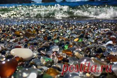 Стеклянный пляж (Glass Beach) Это название — не метафора: пляж действительно был покрыт множествомстеклянных камешков, хотя в настоящее время их уже значительно меньше, чем на фото. Тем не менее, пляж по-прежнему является достопримечательностью города. Местные жители многие годы использовали этот пляж как свалку: выбрасывали бытовые отходы, старую бытовую технику, автомобили, стекло.