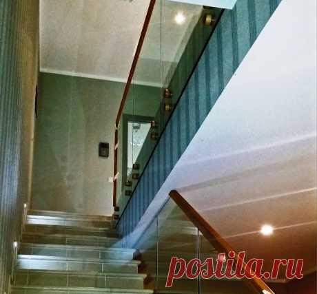 Самонесущие стеклянные ограждения лестниц