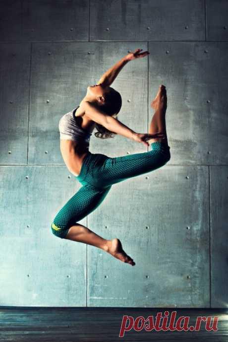Три крутых фильма про танцоров и танцы Поделись с друзьями, пусть тоже насладятся  1. Супер Майк (2012) 2. Черный лебедь (2010) 3. Танцуй отсюда! (2013)