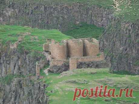 Средневековая Армянская крепость - МАГАСАБЕРД Когда столица Армении Багратидами была перенесена в Ани,то в стране начались постройки и укрепление крепостей.Этим самым цари укрепляли подступы к столице. Вокруг Ани стратегическое значение приобретали Карсская крепость и Артагерс с запада, Тигнис и Магасаберд с севера, крепости Гарни, Бджни и Амберд с юга и востока.