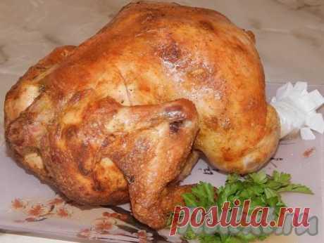 Курица, запеченная на бутылке в духовке - 9 пошаговых фото в рецепте Курица, запеченная на бутылке в духовке, не может сравниться ни с чем. Нежное мясо и невероятно вкусная, золотистая корочка никого не оставят равнодушным. А готовится это блюдо так просто! Итак, приступим. Ингредиенты