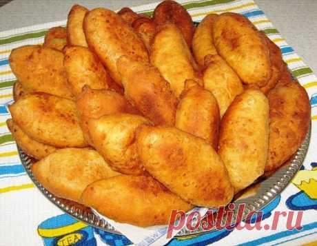 Тающие во рту пирожки  1 пачку творога (250 г ), 2 яйца, 1 ч.л.соли, 1 ст.л.сахара, 2-3ст.л.сметаны, 2 ст.л. раст. масла, 1/2 ч.л. соды (погасить )  - все смешайте и добавьте муки, чтобы получилось мягкое тесто.  Разделите на 15-16 шариков и вылепите пирожки с любой начинкой.  Испечь во фритюре. На сегодня - картошка + обжаренный лук, а у вас? Пирожки просто тают во рту!